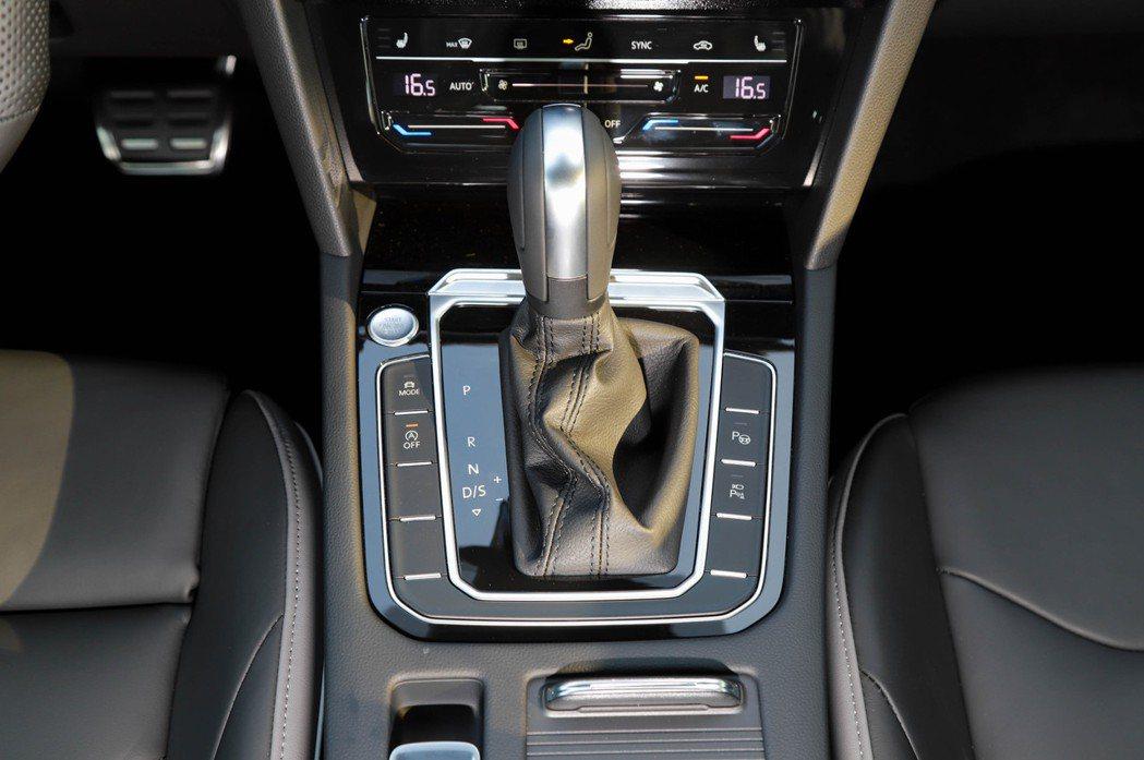 Volkswagen Arteon依然採用傳統的排檔桿設計。 記者張振群/攝影