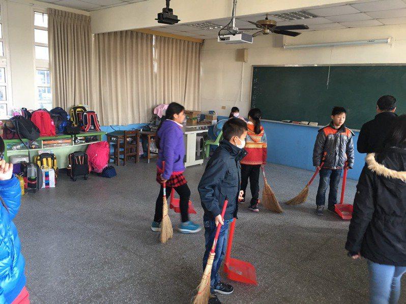 有網友發文詢問,學生都繳了學雜費,為何還要幫學校掃地?圖/聯合報系資料照片