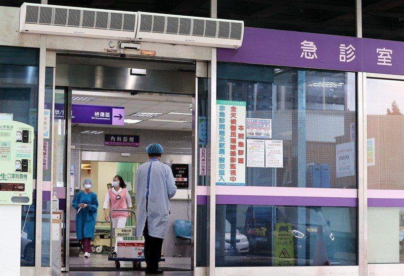 中央流行疫情指揮中心24日晚間緊急舉行記者會,宣布將擴大回溯桃園部立醫院相關接觸...