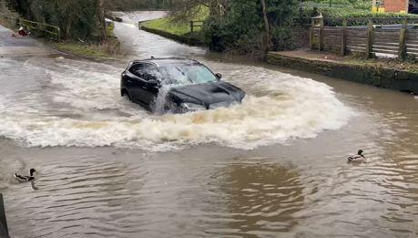 Jaguar F-Pace被粗心的駕駛強迫涉水 下場只有慘!