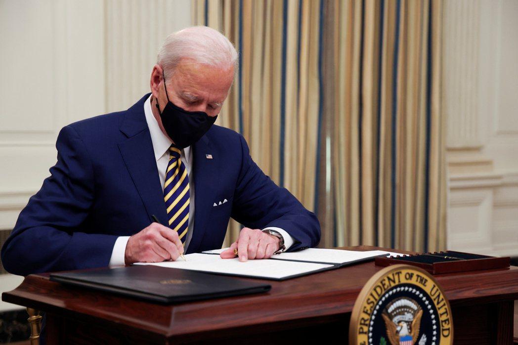 美國總統拜登22日簽署兩項行政命令,增加糧食券福利,提高聯邦雇員的最低時薪。(路...