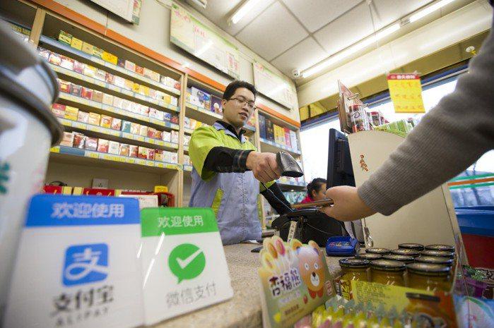 新零售、金融支付及智能物流三駕馬車拉動大陸消費增長。 中新社