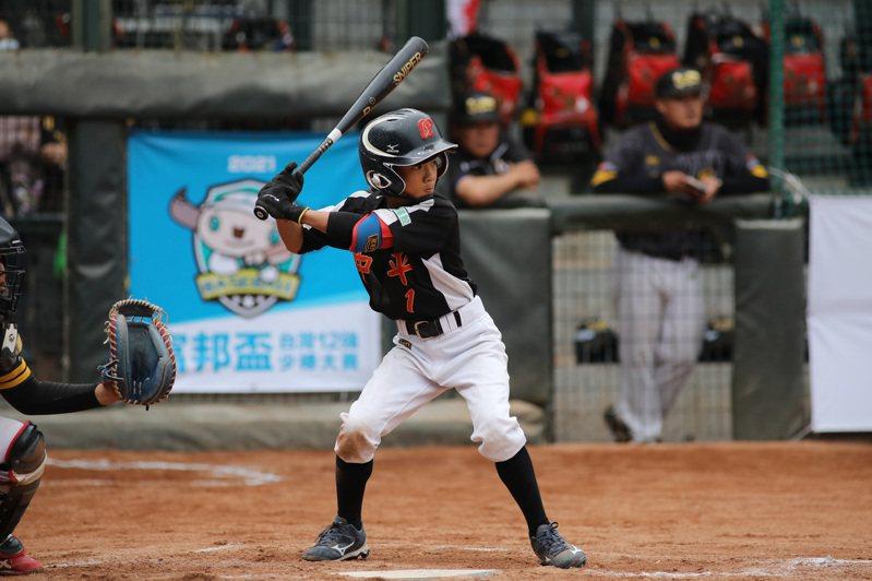 2021年富邦盃台灣12強少棒大賽季軍戰24日舉行,中平國小總教練李國強表示,彭成安(圖)可投可打,游擊守備判斷很快,沒看過他失誤,「身材再往上抽,會是未來游擊大物」。 中華民國棒球協會提供