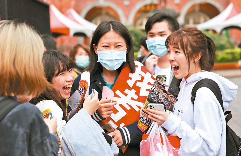 恭喜考完了 大學學測昨天結束,有考生親友團送上特製背帶,恭喜順利完試。記者曾原信/攝影