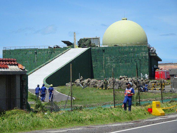 鵝鑾鼻雷達站屬空軍、海軍合署執勤,站內據信有對空TPS/FPS-117與對海遠程監控雷達,營區部分設施曾在2016年莫蘭蒂颱風襲台期間遭到毀損。圖/本報資料照