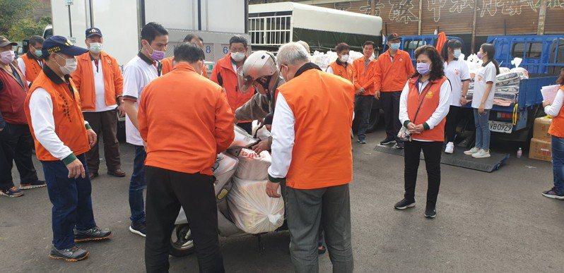 廣亮慈善會今天在台中豐原一處停車場發送愛心物資。記者游振昇/攝影
