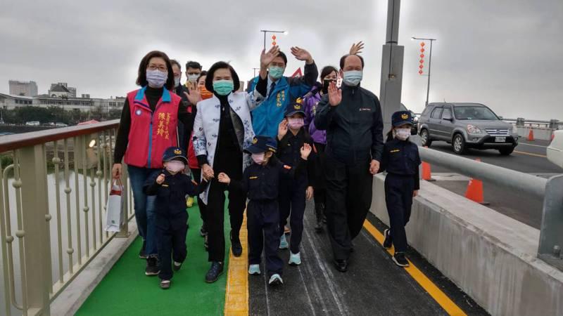 行政院政務委員吳澤成及縣長林姿妙等人牽著小朋友的手,共同走過新完成的宜蘭橋人行步道,「這座新橋是為你們建的,未來要好好珍惜使用」,通車典禮溫馨。記者戴永華/攝影