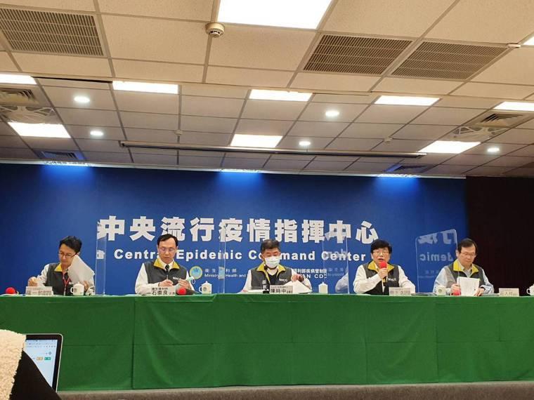 中央流行疫情指揮中心醫療應變組副組長羅一鈞( 由左到右)、衛生福利部次長石崇良、...