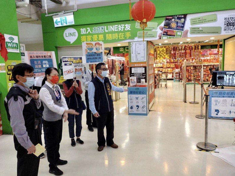 台中市經發局人員訪視大賣場,加強宣導防疫。圖/台中市政府提供