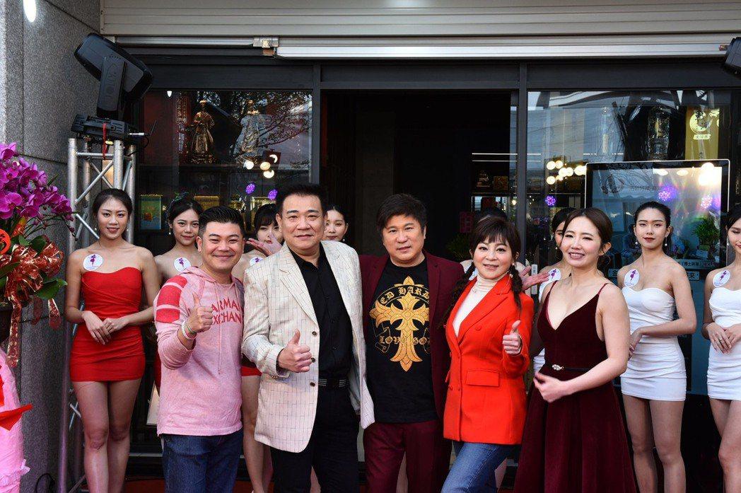 馬國畢(左起)、白雲、胡瓜、王彩樺和謝忻出席酒商活動。圖/酒齡特厚提供(※提醒您