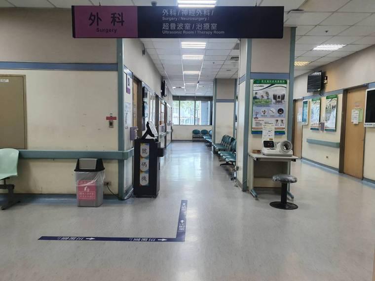 中央疫情指揮中心公布桃園醫院醫護群聚感染,新增案889、890本土確診個案,案8...