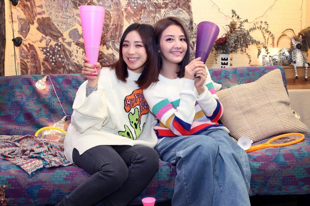 李宣榕(右)和梁舒涵(左)合唱「親愛的」。圖/福茂唱片提供