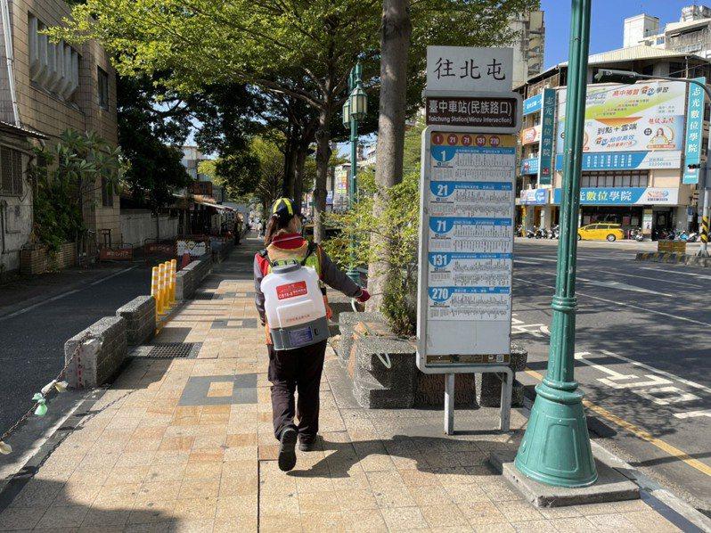 台中市環保局在神岡在家檢疫男子社區周邊大消毒。圖/台中市環保局提供