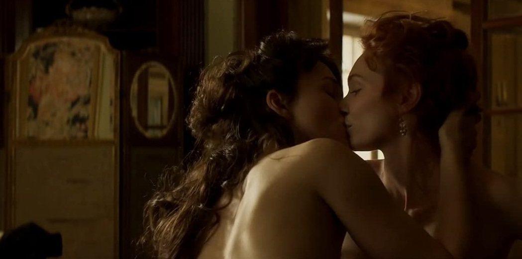 綺拉奈特莉(左)曾經拍過不少激情片段,甚至同性之間的也有。圖/摘自imdb