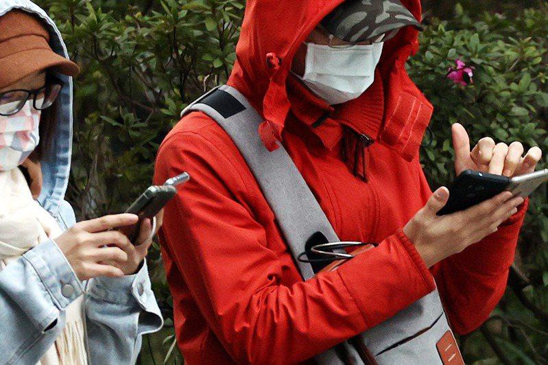 台北國稅局表示,今年首次開放手機報稅,民眾用手機登入報稅系統,不需具備讀卡機也能申報。報系資料照(記者侯永全/攝影)