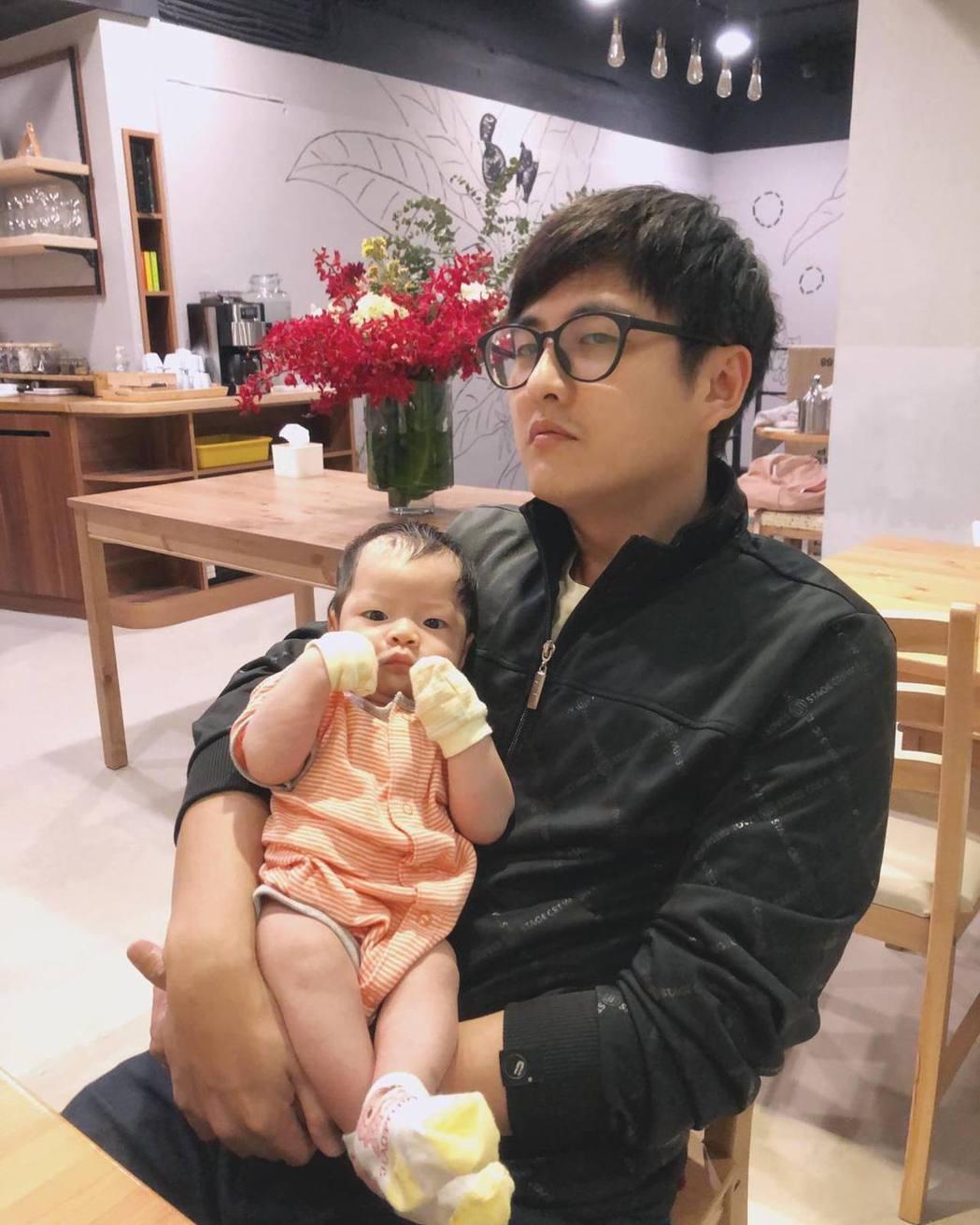 黃靖倫當爸後笑稱和老婆變成「搶錢夫妻」。圖/摘自臉書