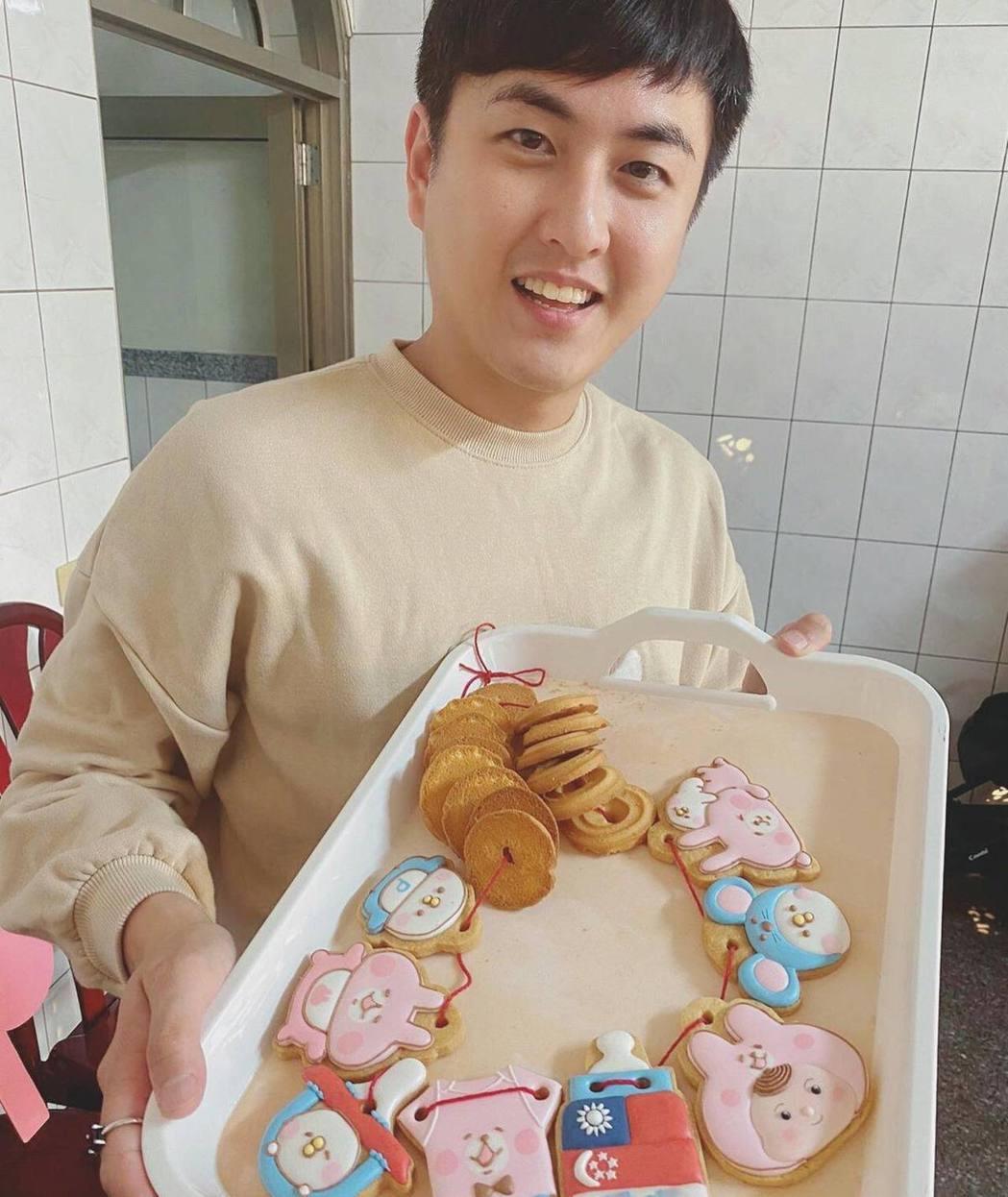 黃靖倫幫兒子準備收涎餅乾。圖/摘自臉書