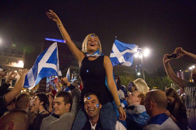 蘇格蘭在2014年9月18日舉行獨立公投,結果未通過。圖為當天支持獨立的選民興奮等待公投結果。美聯社