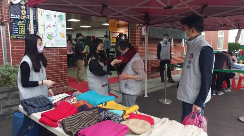 龍巖集團連續10多年捐助物資扶助三芝地區的弱勢家庭,今年冬天集團愛心公益活動新增同仁所募集的禦寒衣物,希望在歲末年終之際,讓當地民眾能健健康康一起溫暖過新年。龍巖集團/提供