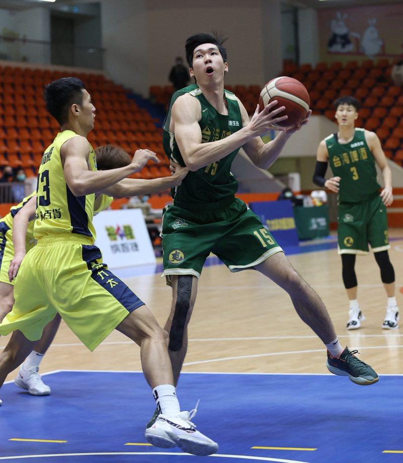 范士恩(右)攻下台啤隊本土最高的15分。圖/中華籃球協會提供