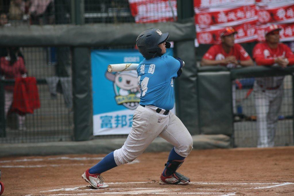 2021富邦盃台灣12強少棒大賽,黃浩毓逆轉2分彈,幫龜山帶回士氣。圖/中華棒球...