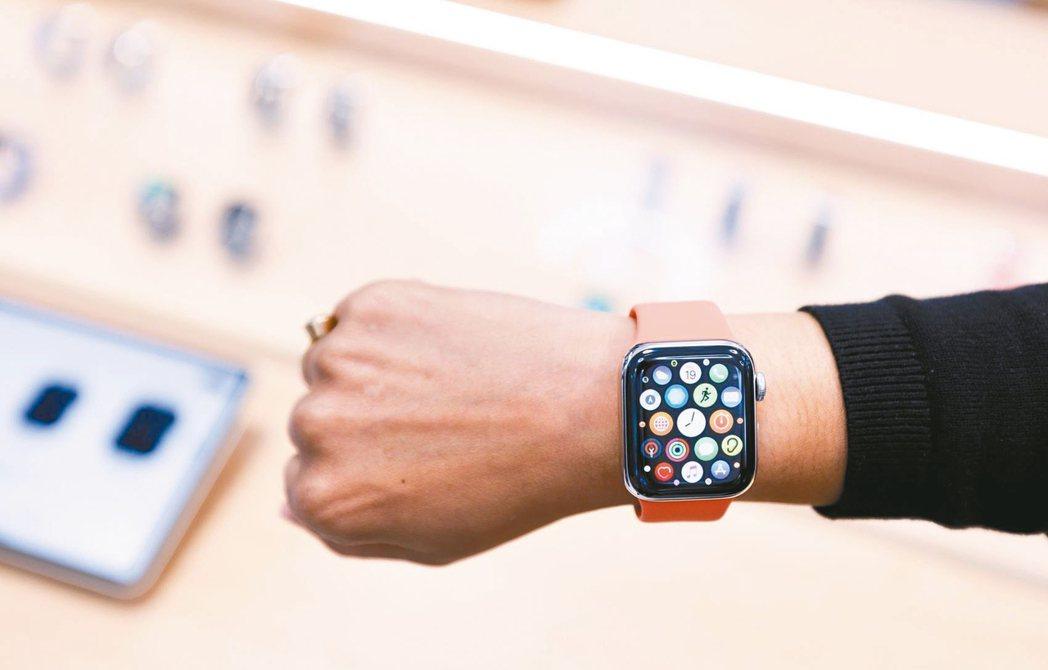 疫情不僅提升民眾健康意識,也推升具健康監測的智慧手表銷量,各大品牌也紛紛推新智慧...