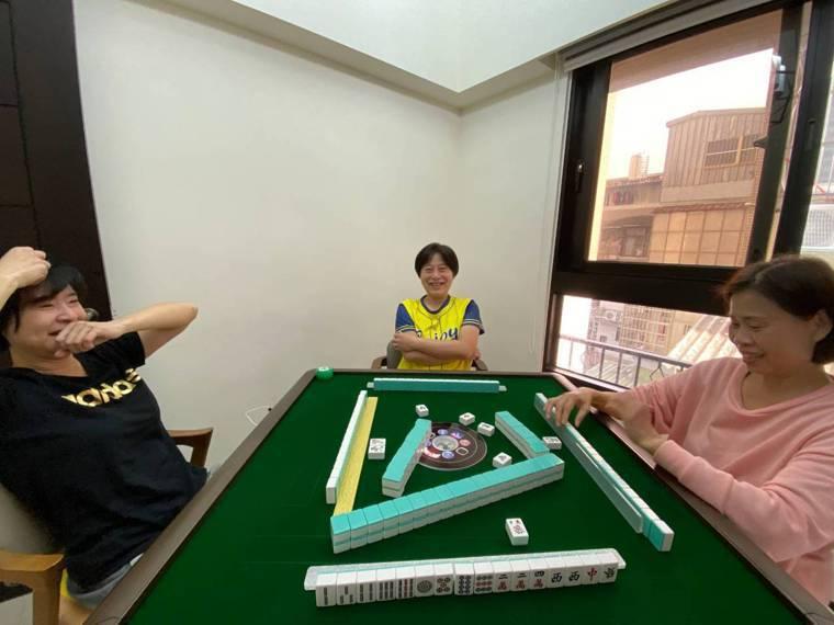過年期間,家庭聚會和打麻將消遣可能久坐,應適度站起來活動筋骨。圖/桃園醫院提供