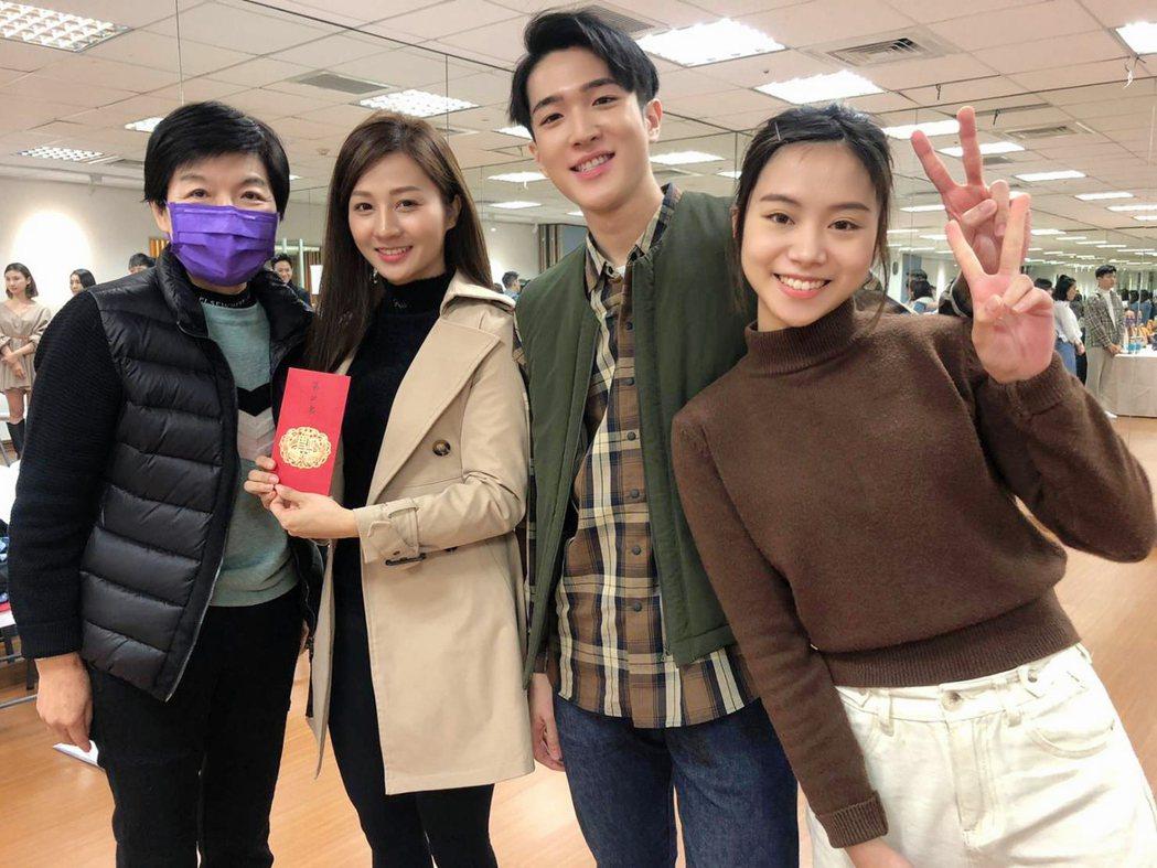 「黃金歲月」製作人黃錦鳳(左起)邱紫庭、許博維、張怡庭。圖/民視提供