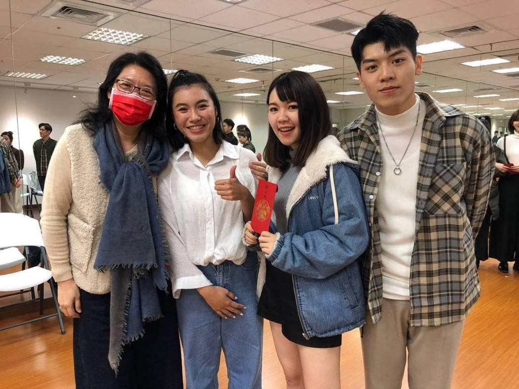 鳳凰藝能副總Nanny(左起)、郭雅茹、林星慧、蔡天嘉。圖/民視提供
