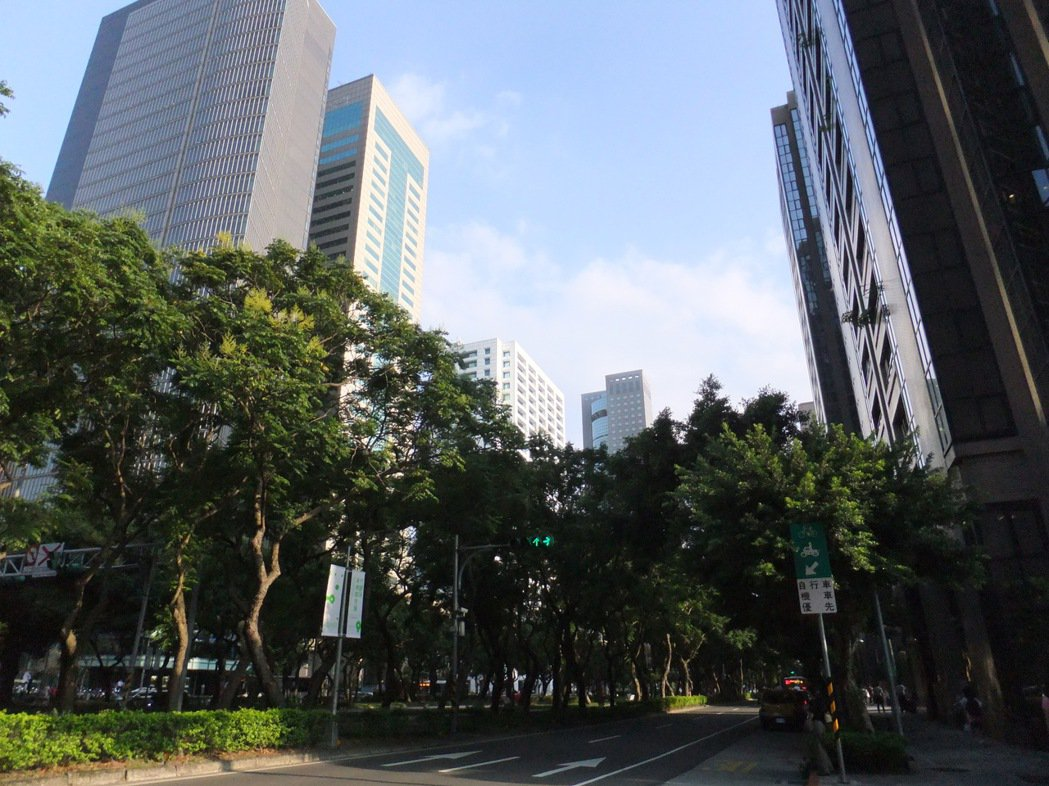 台北市敦化南北路迎來改建潮,未來五到七年沿線上演豪宅、豪辦大噴發。(本報系資料庫...