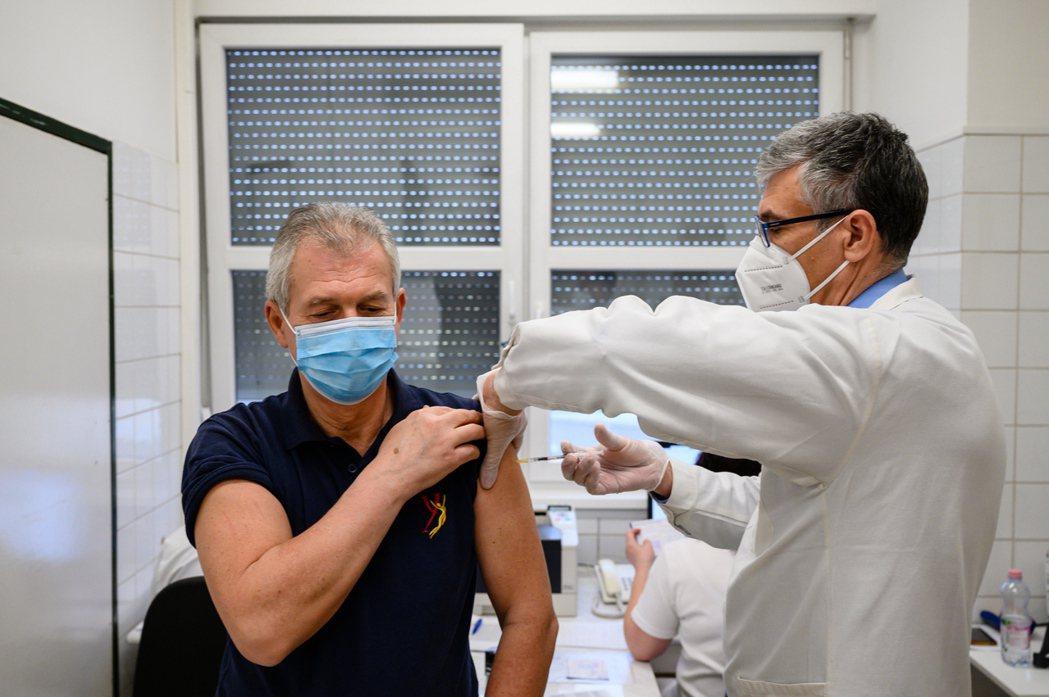 世界多國新冠疫苗施打計畫進度緩慢,恐拖累本季經濟復甦的腳步。(歐新社)