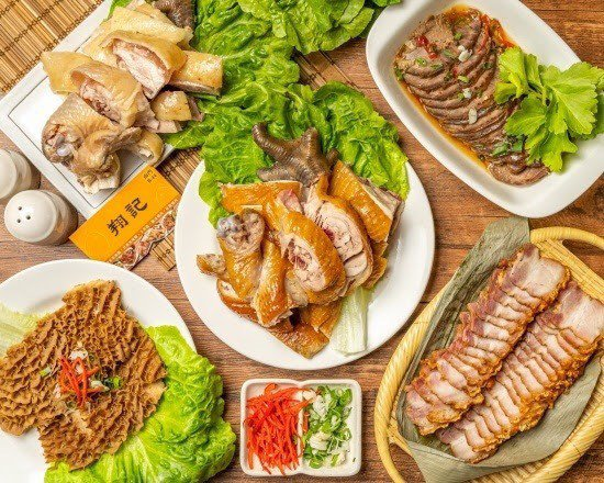 百年歷史南門市場,儘管攤商暫安置中繼市場,但老味道仍是台北人辦年貨首選。圖/北市產業局提供