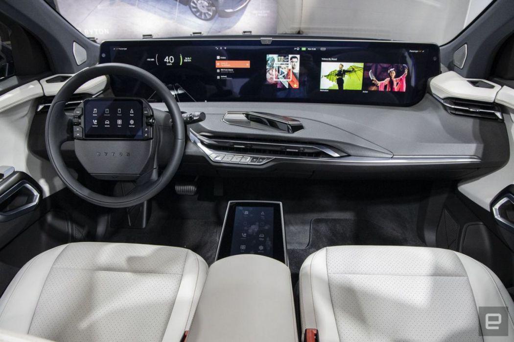 拜騰首款電動車「M-Byte」主打48吋超大螢幕的儀表板取代傳統車用儀表版。(取...