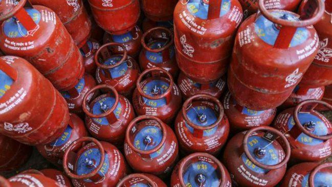 為改善空汙問題,印度政府正推廣民眾使用液化石油氣(LPG)。圖為LPG氣瓶。 彭...