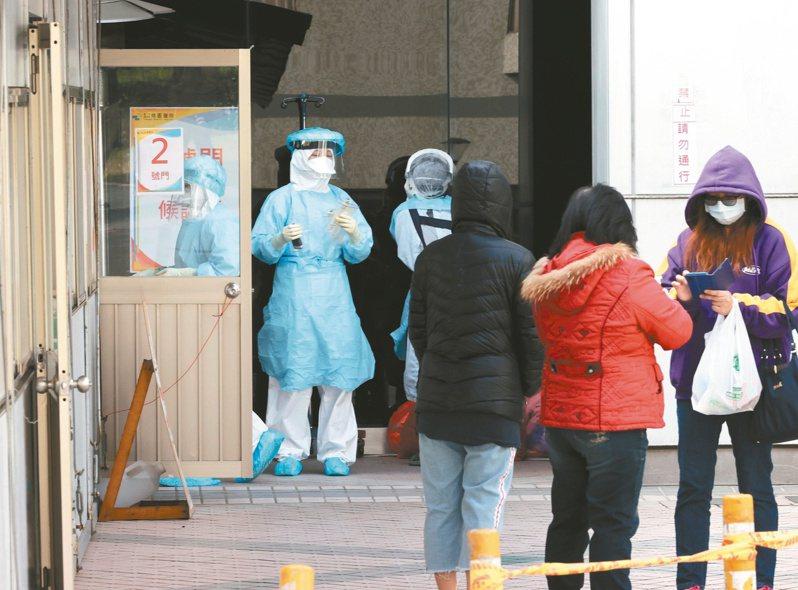 衛福部桃園醫院傳出新冠肺炎確診案例,急診中心外篩檢站人員正在對民眾實施篩檢。記者曾原信/攝影