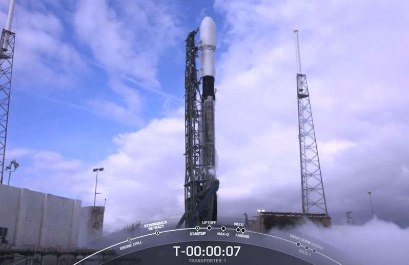 我國兩顆國產立方衛星「飛鼠」、「玉山」今晚11時搭載獵鷹九號火箭發射升空。圖/取自Space X YouTube頻道
