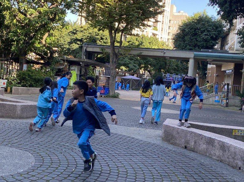 北市教育局研擬將小學最長的下課時間由廿分鐘改為卅分鐘,希望透過延長下課時間,增加學生運動機會。記者潘才鉉/攝影