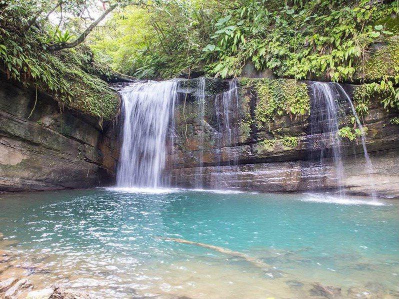 「望谷瀑布」為簾幕式瀑布,清幽的環境彷彿置身於世外桃源。圖/新北市觀光旅遊網