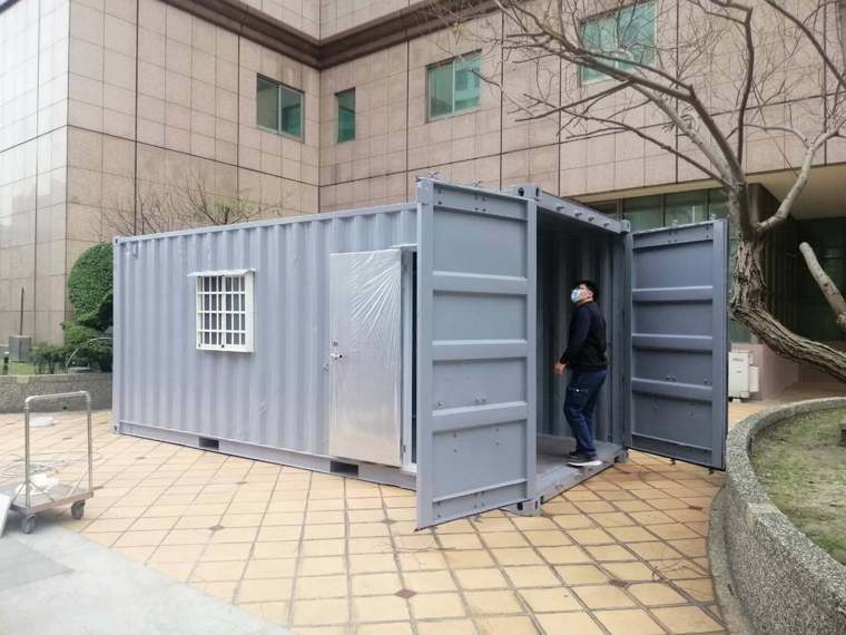 大型貨櫃屋準備用於戶外門診,已準備好。(圖/翻攝自施景中臉書)
