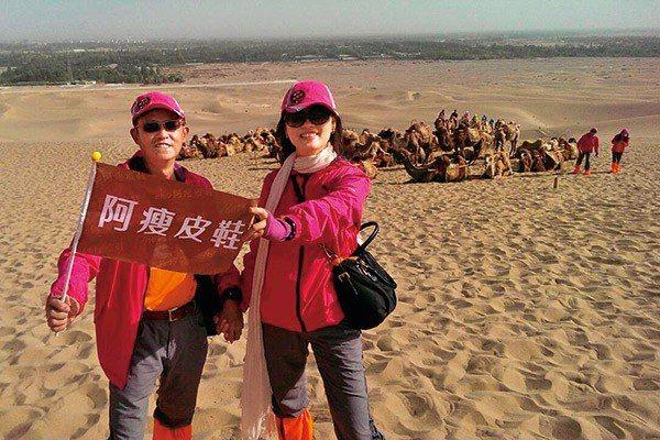 羅榮岳與夫人一同參加戈壁路跑。 圖/阿瘦皮鞋 提供