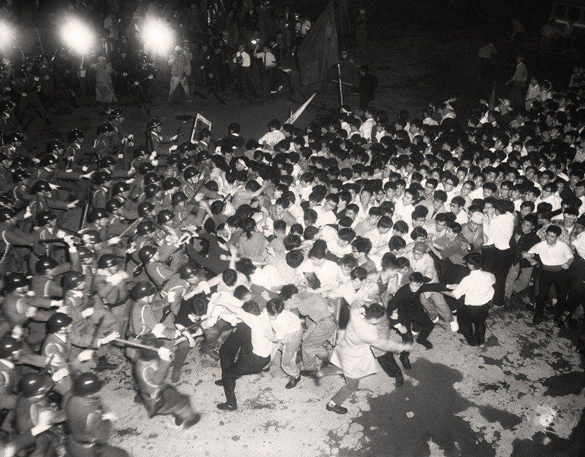 60年代日本的反對《日美安保條約》簽訂,成為席捲一整個日本世代的社會運動,當時的...