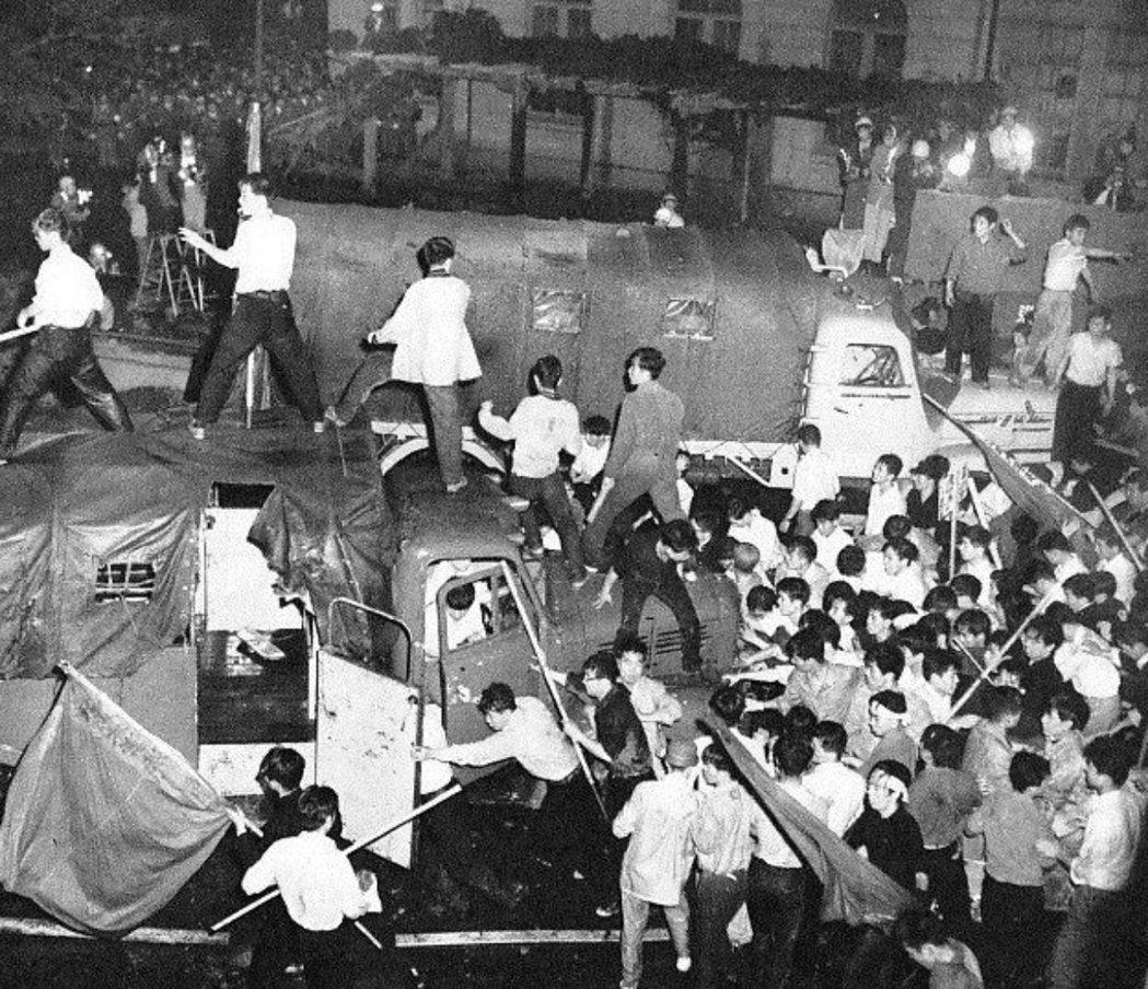 四方田犬彦的龐大知識結構乃至對漫畫的興趣,與他年輕時所處的革命——1960年代,...