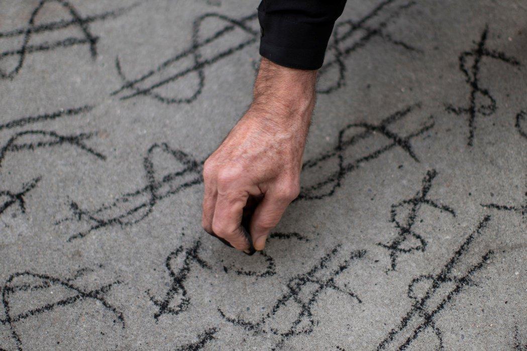 一名亞馬遜員工在抗議期間畫上錢的符號。 圖/路透社