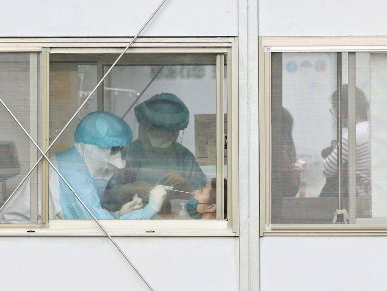 部桃醫護人員對民眾進行篩檢。 聯合報系資料照片/記者曾原信攝影