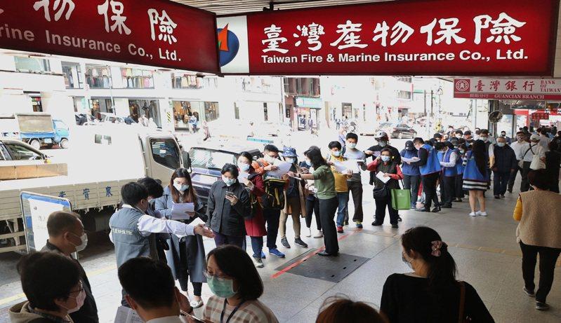 部立桃園醫院事件須居家隔離人數暴增至,防疫保單跟著大賣,台灣產險公司位於台北市館前路的總部今天一早湧現排隊人潮。記者曾原信/攝影
