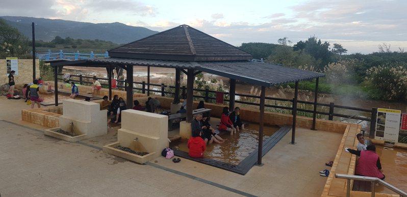磺港公共浴室有黃金之湯,戶外有北台灣唯一黃金之湯泡腳池。圖/金山區公所提供