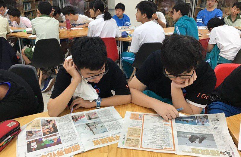 「熠」字獲選為 2021 年新北閱讀年度代表字。閱讀是熠熠星光,引領學生前行。(圖/新北市教育局)