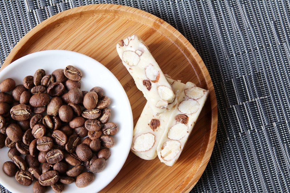 PEKOE「三味牛軋糖禮盒」,瓜地馬拉花神咖啡牛軋糖以整顆咖啡豆入糖。圖/PEK...