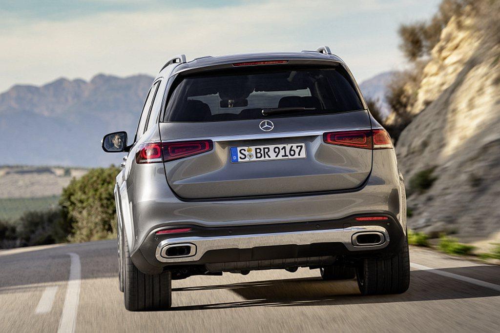 賓士GLS 450 4MATIC標配AMG Line外觀套件,車尾搭配全新鍍鉻尾...