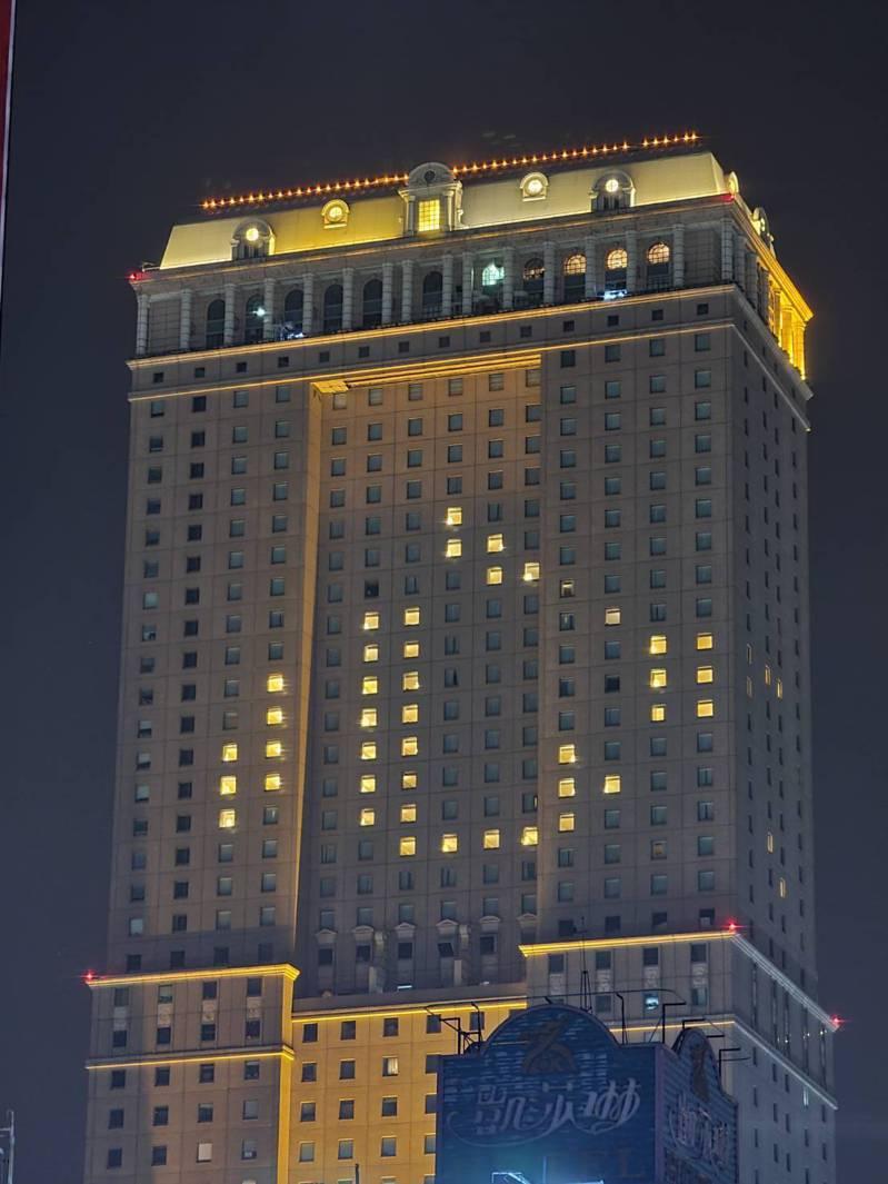 漢來飯店今明兩晚點燈,為國家防疫加油。圖/高雄漢來飯店提供